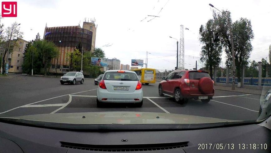 Промчал на красный: в Одессе маршрутчик чуть не устроил грандиозную аварию (ФОТО), фото-4