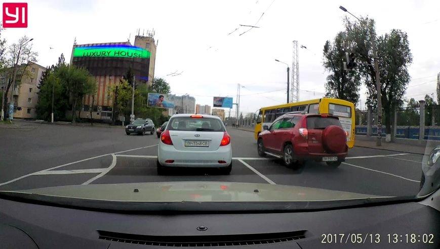 Промчал на красный: в Одессе маршрутчик чуть не устроил грандиозную аварию (ФОТО), фото-3