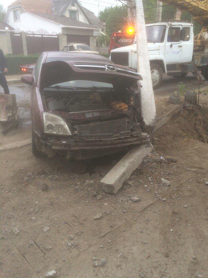 В Симферополе иномарка снесла электроопору, оставив людей без света (ФОТО), фото-3