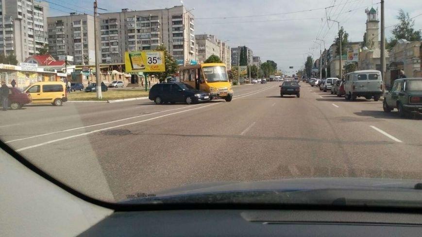 В Кременчуге бесконтрольный автомобиль спровоцировал аварию (фото и видео), фото-1