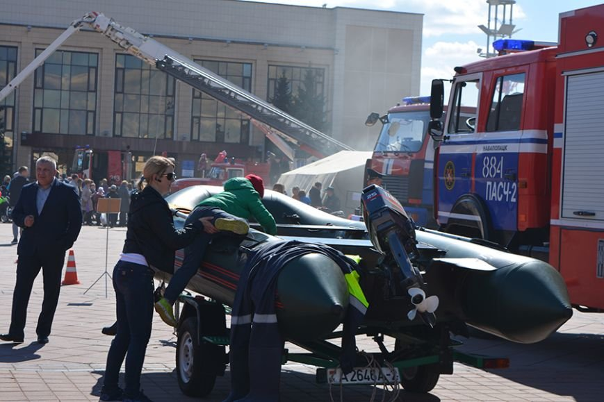 Дымокамера, выставка спецтехники и пожарный кроссфит: как новополоцкие спасатели отметили свой юбилей, фото-15