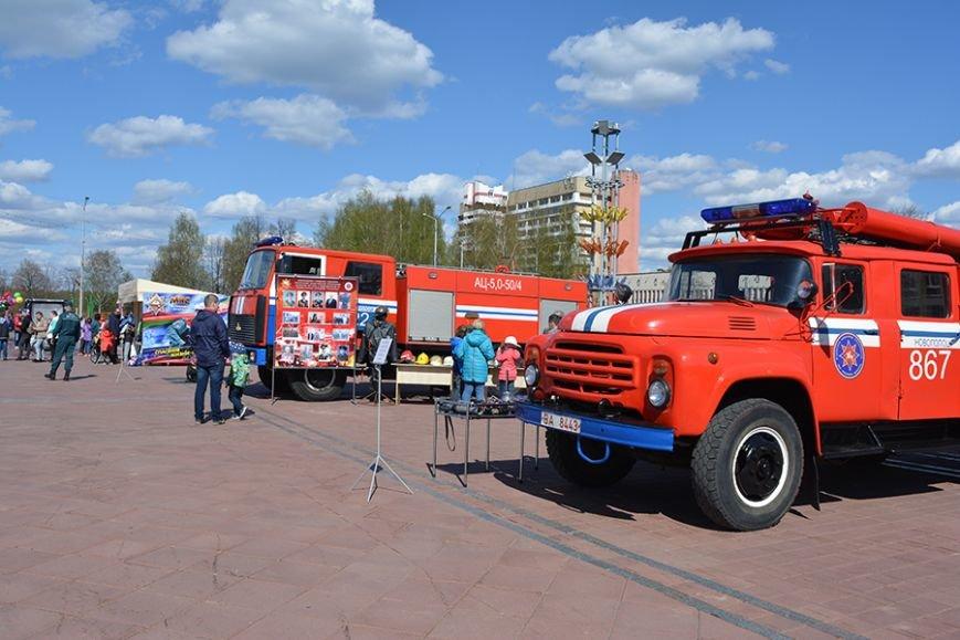 Дымокамера, выставка спецтехники и пожарный кроссфит: как новополоцкие спасатели отметили свой юбилей, фото-2