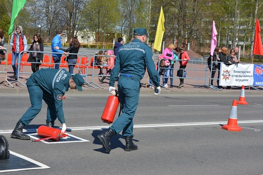 Дымокамера, выставка спецтехники и пожарный кроссфит: как новополоцкие спасатели отметили свой юбилей, фото-33