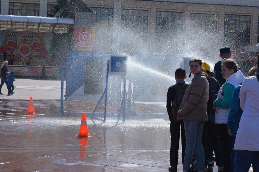 Дымокамера, выставка спецтехники и пожарный кроссфит: как новополоцкие спасатели отметили свой юбилей, фото-14