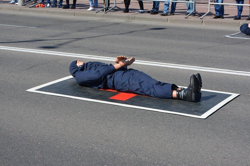 Дымокамера, выставка спецтехники и пожарный кроссфит: как новополоцкие спасатели отметили свой юбилей, фото-23