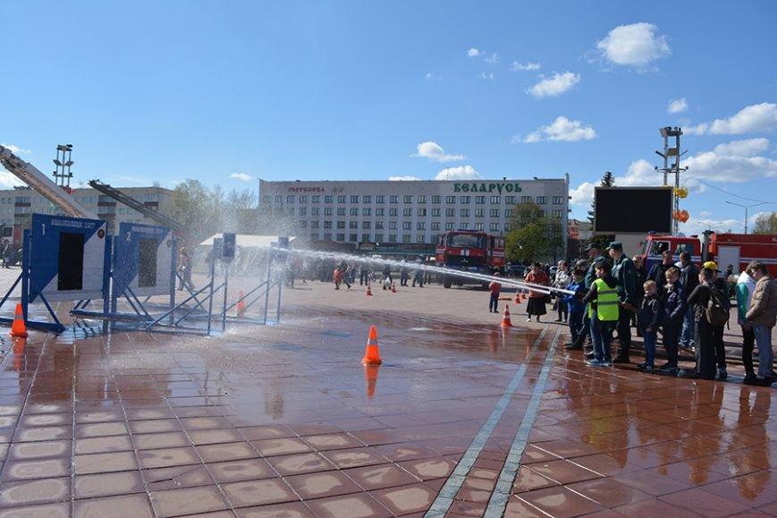 Дымокамера, выставка спецтехники и пожарный кроссфит: как новополоцкие спасатели отметили свой юбилей, фото-11