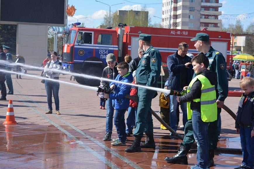 Дымокамера, выставка спецтехники и пожарный кроссфит: как новополоцкие спасатели отметили свой юбилей, фото-13