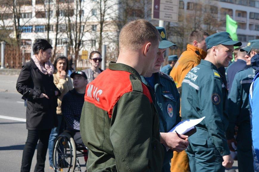 Дымокамера, выставка спецтехники и пожарный кроссфит: как новополоцкие спасатели отметили свой юбилей, фото-18