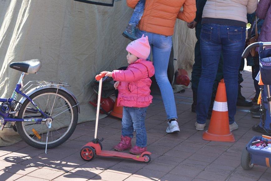 Дымокамера, выставка спецтехники и пожарный кроссфит: как новополоцкие спасатели отметили свой юбилей, фото-29