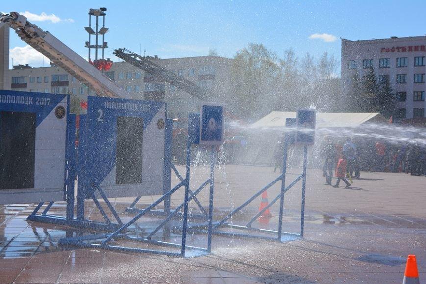 Дымокамера, выставка спецтехники и пожарный кроссфит: как новополоцкие спасатели отметили свой юбилей, фото-12