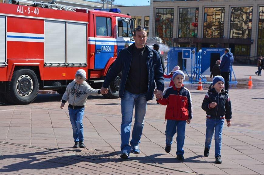 Дымокамера, выставка спецтехники и пожарный кроссфит: как новополоцкие спасатели отметили свой юбилей, фото-22