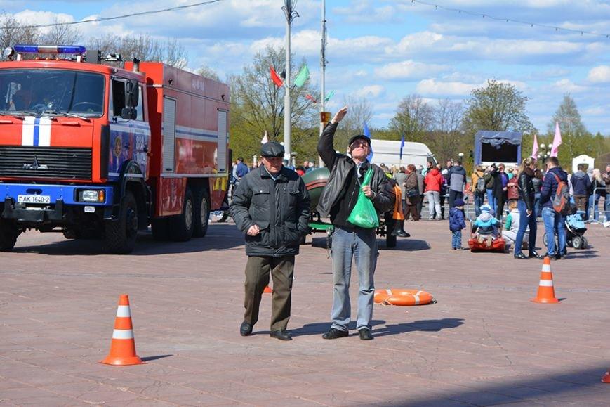 Дымокамера, выставка спецтехники и пожарный кроссфит: как новополоцкие спасатели отметили свой юбилей, фото-27