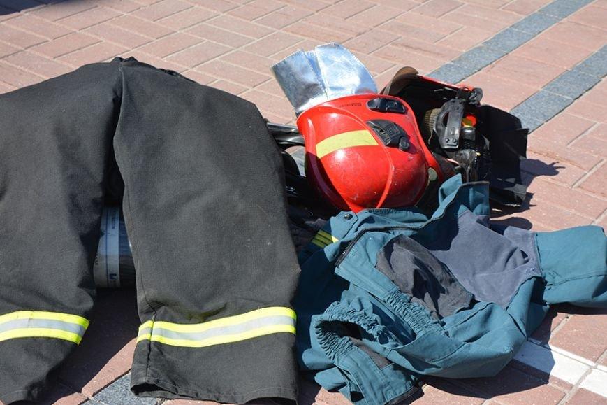 Дымокамера, выставка спецтехники и пожарный кроссфит: как новополоцкие спасатели отметили свой юбилей, фото-17
