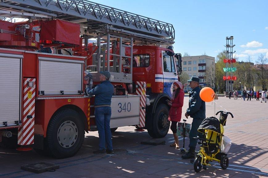 Дымокамера, выставка спецтехники и пожарный кроссфит: как новополоцкие спасатели отметили свой юбилей, фото-1