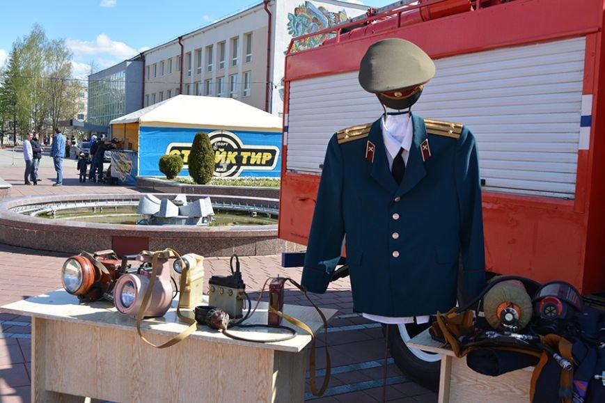Дымокамера, выставка спецтехники и пожарный кроссфит: как новополоцкие спасатели отметили свой юбилей, фото-4