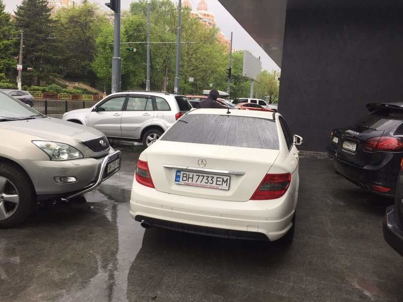 Автохам на белом Mercedes помешал одесситам в Аркадии (ФОТО), фото-3