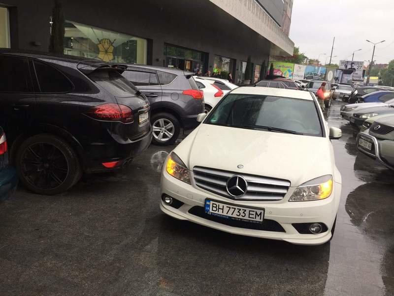 Автохам на белом Mercedes помешал одесситам в Аркадии (ФОТО), фото-1