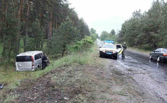 В Донецкой области микроавтобус с пассажирами попал в ДТП - пострадали три человека, фото-1
