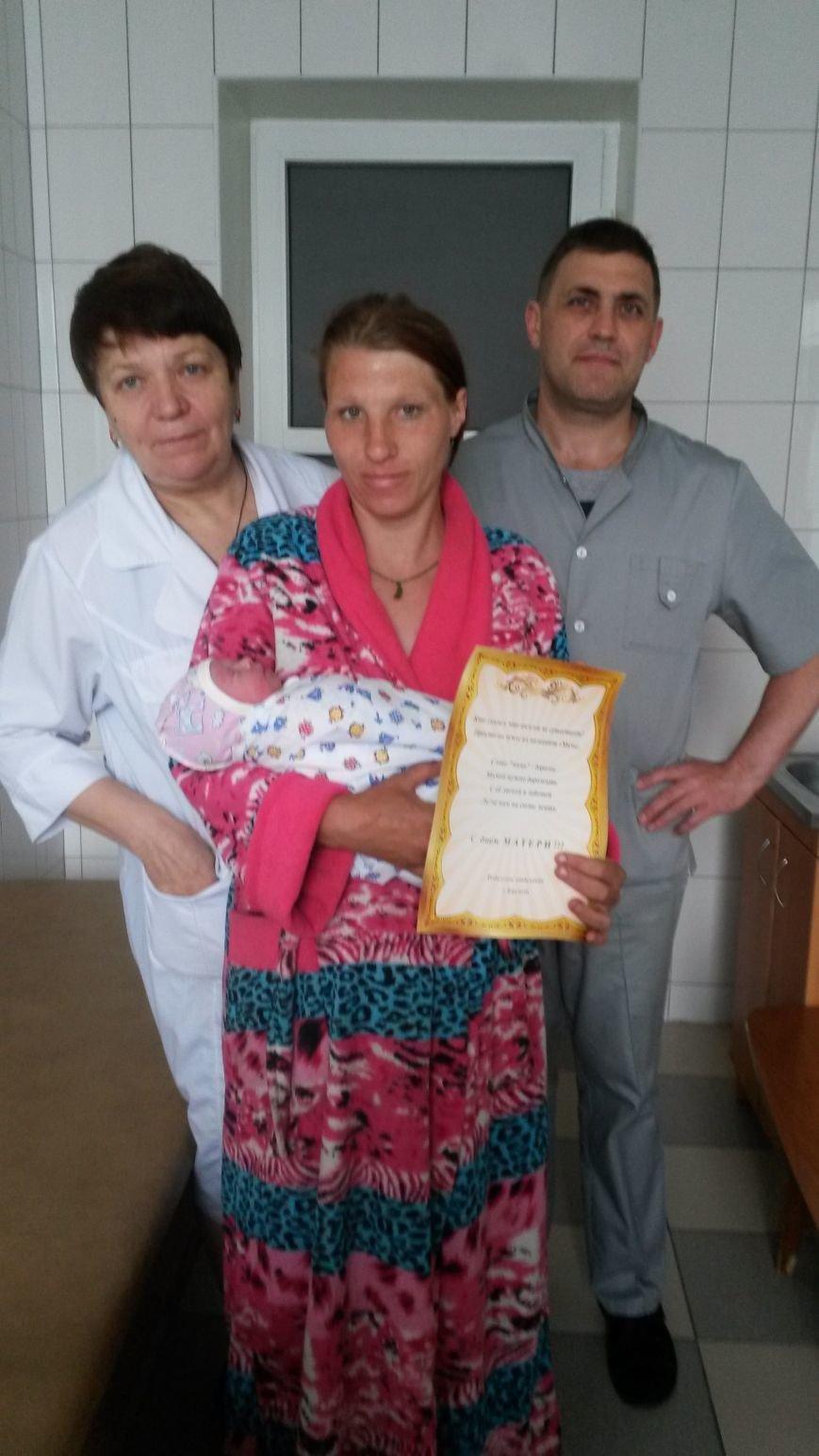С Днем матери поздравили женщин в роддоме Бахмута, фото-1