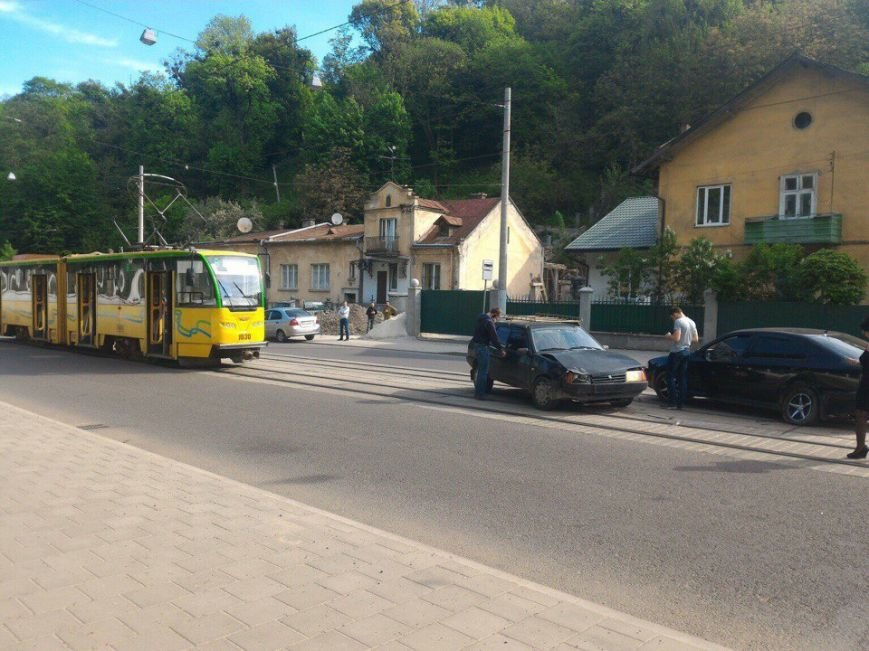 ДТП у Львові зупинила рух одразу двох трамвайних маршрутів (ФОТО), фото-1
