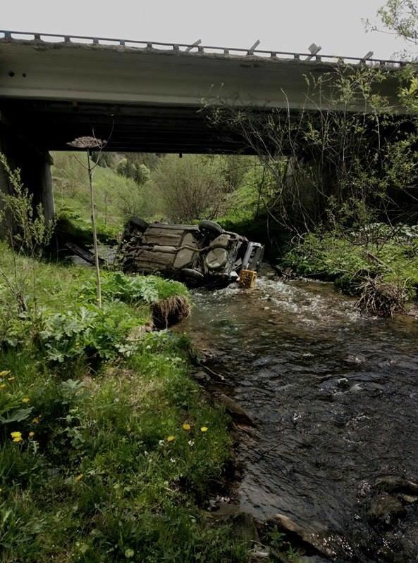 На Львівщині автомобіль з'їхав з мосту і перекинувся: фото з місця події, фото-1