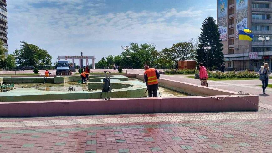 На площади Победы чистят фонтан, фото-2