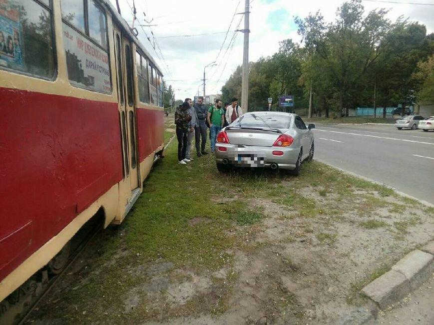 На Клочковской трамвай протаранил иномарку: водителя машины увезли в неотложку (ФОТО), фото-1