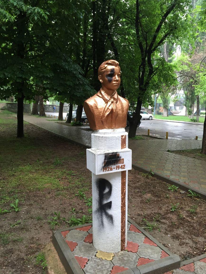 В Симферополе облили краской памятники пионерам (ФОТО), фото-2