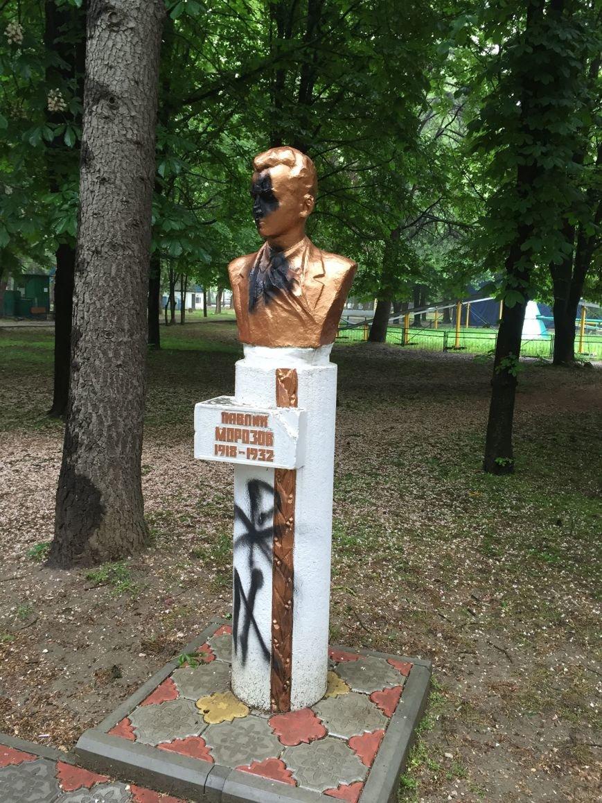 В Симферополе облили краской памятники пионерам (ФОТО), фото-1