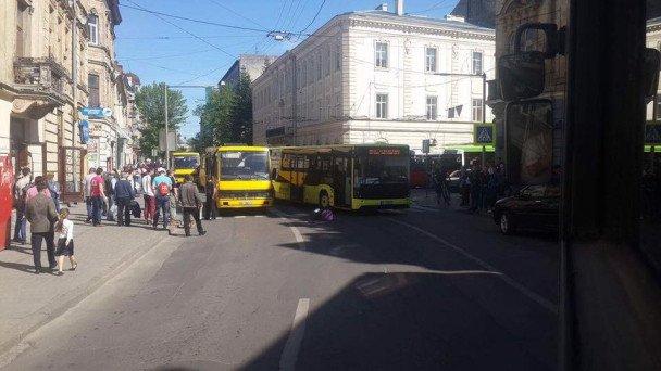 На вулиці Шота Руставелі збили людину: фото з місця події, фото-3