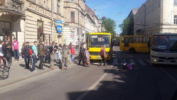 На вулиці Шота Руставелі збили людину: фото з місця події, фото-2