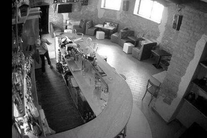 У Берегові камера відеонагляду зафіксувала чоловіка, який у пабі вкрав із барної стійки 4 тисячі гривень: фото, фото-1