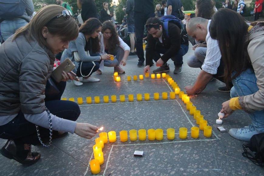 У центрі Львова з вогників зобразили Кримський півострів з числом 73: фоторепортаж, фото-2