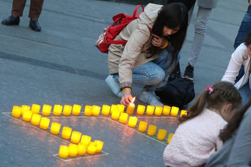 У центрі Львова з вогників зобразили Кримський півострів з числом 73: фоторепортаж, фото-1