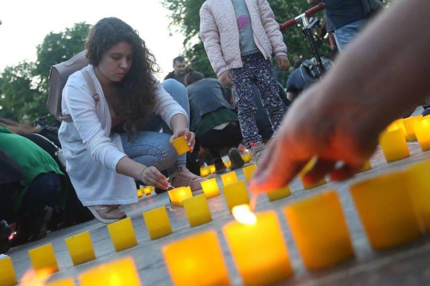 У центрі Львова з вогників зобразили Кримський півострів з числом 73: фоторепортаж, фото-8