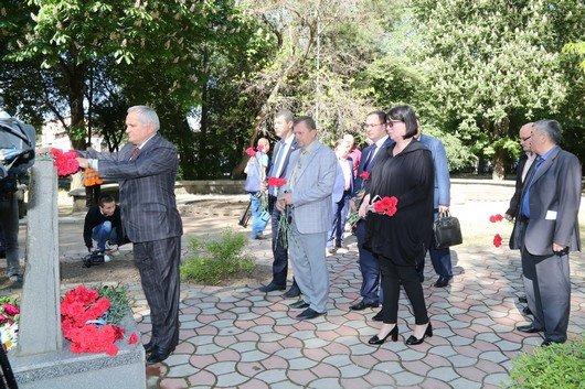 В Симферополе возложили цветы к памятникам, посвященным жертвам депортации (ФОТО), фото-2
