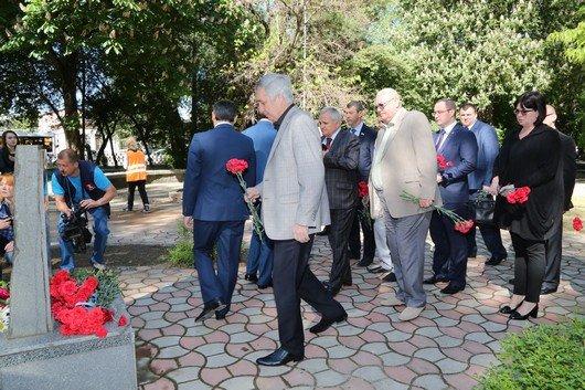 В Симферополе возложили цветы к памятникам, посвященным жертвам депортации (ФОТО), фото-1
