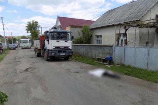 На Хустщині сталась смертельна ДТП - вантажівка переїхала пенсіонера: фото, фото-1