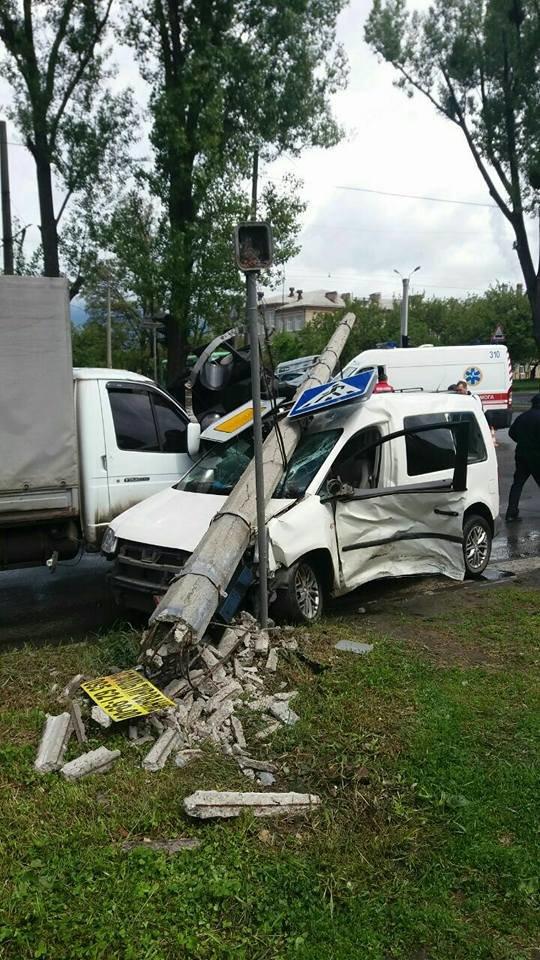Две разбитые машины и поваленный столб: в Харькове водитель иномарки спровоцировал тройное ДТП (ФОТО), фото-2