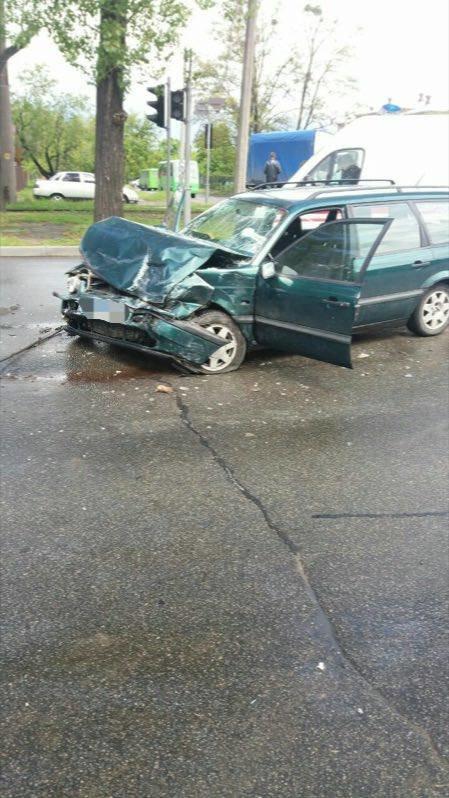 Две разбитые машины и поваленный столб: в Харькове водитель иномарки спровоцировал тройное ДТП (ФОТО), фото-1