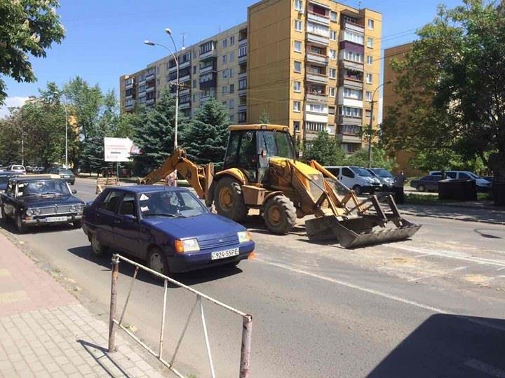 """В Ужгороді на Минайській поблизу """"Сільпо"""" розрили дорогу: фото, фото-1"""
