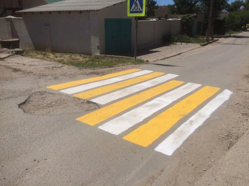 Яма помешала крымским дорожникам правильно нанести разметку (ФОТОФАКТ), фото-1