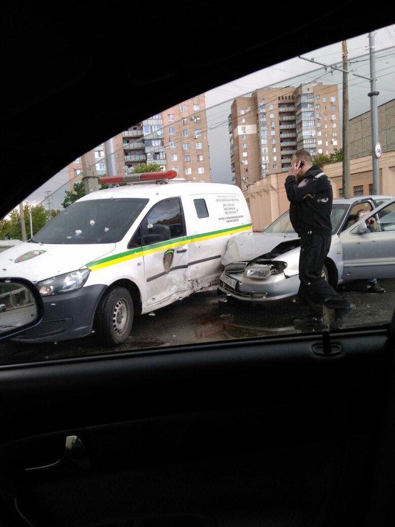 В Харькове автомобиль службы охраны врезался в иномарку, один пострадавший, фото-1