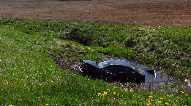 В Шумилинском районе легковушка влетела в мелиоративный канал, есть пострадавшие, фото-1