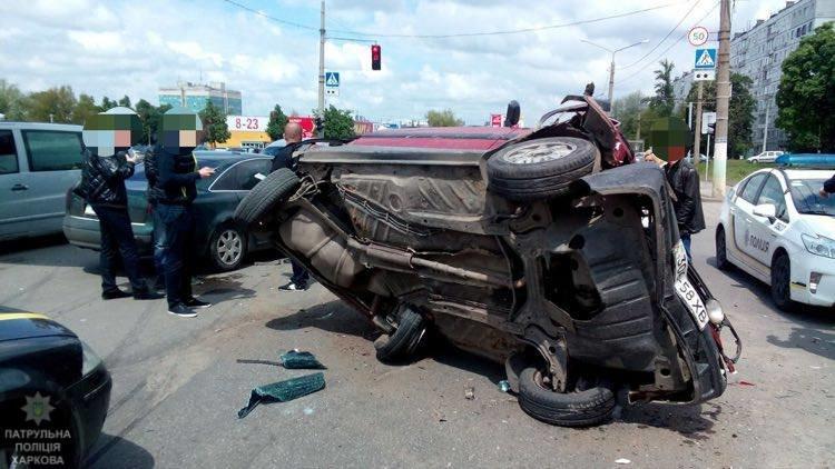 На Салтовке столкнулись четыре автомобиля: одну из машин перевернуло на бок (ФОТО), фото-4