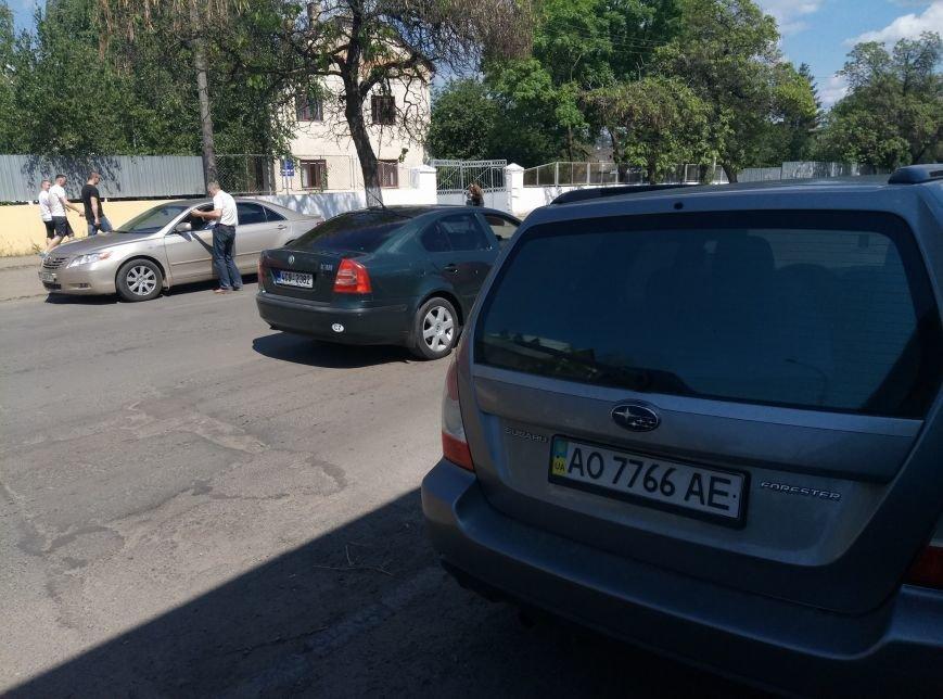 """В Ужгороді черговий горе-водій на """"Субару"""" припаркувався на пішохідній частині: фото, фото-2"""
