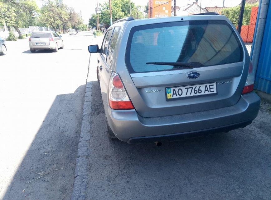 """В Ужгороді черговий горе-водій на """"Субару"""" припаркувався на пішохідній частині: фото, фото-1"""