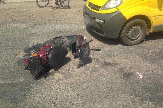 """На Іршавщині п'яний водій мопеда виїхав на """"зустрічку"""" і врізався у мікроавтобус: фото, фото-1"""
