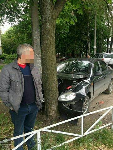 """На Спортивной пьяный водитель едва не снес детскую площадку. Машину """"остановило"""" дерево (ФОТО), фото-2"""