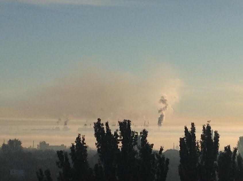 Мариупольцы встают пораньше, чтобы увидеть, как ночью дымит завод (Фотофакт), фото-2